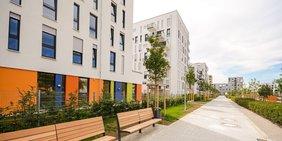 Moderne Wohnhäuser mit Außenanlagen